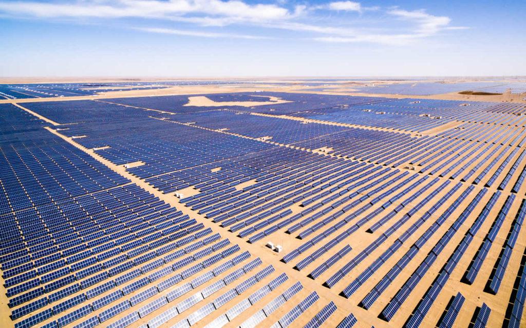 imagen de paneles solares en Argentina: Vaca Muerta o renovables