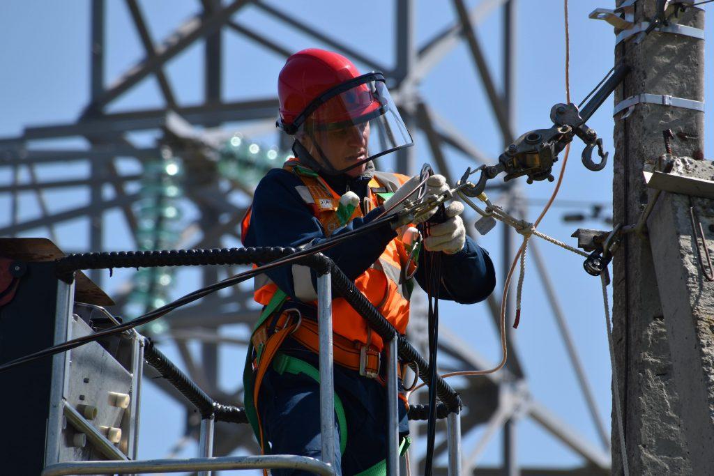 hombre trabajando en una fuente de energía