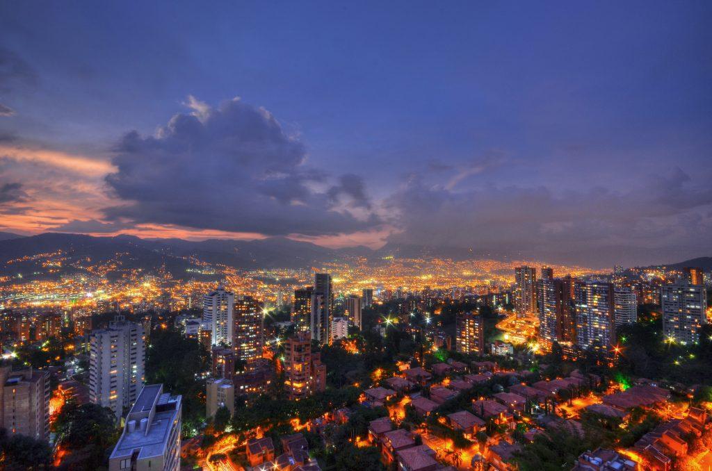 imagen de recursos energéticos en una ciudad de noche